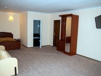 Двомісний номер з широким ліжком готелю СВ готельно-ресторанного комплексу СВ