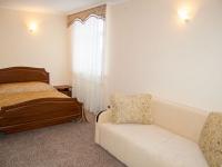 Двухместный номер с широкой кроватью гостиницы СВ гостинично-ресторанного комплекса СВ